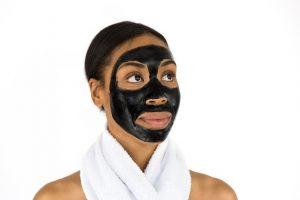 modelka s ciernou maskou