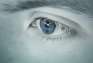 oko s krasnymi mihalnicami